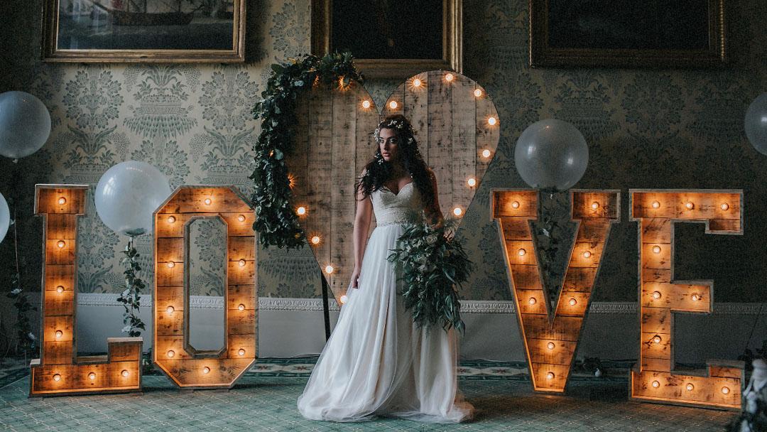 Location lettres lumineuses géantes en bois love